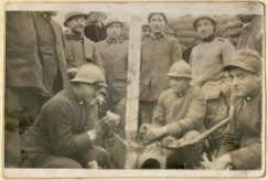 Gruppo di artiglieri al fronte in un momento di riposo negli acquartieramenti dove sono dislocate le postazioni di artiglieria (fronte italo-austriaco)