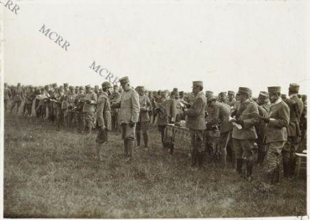 A Nogaredo: S.A. il Duca d'Aosta decora un soldato del Genio