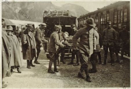 Caricamento feriti sul treno ospedale