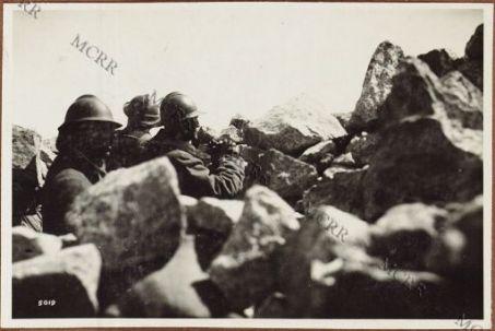 Il Gen. Piccioni in un osservatorio durante la Battaglia dei Monticelli.