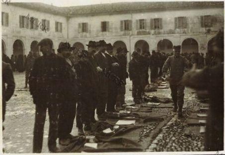 Vestizione di territoriali al distretto militare
