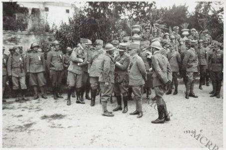 Alla presenza di S. M. il Re il Generale Diaz premia un Sergente degli arditi dopo la grande battaglia sul Piave
