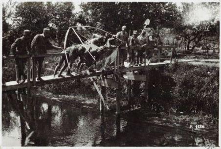 I soldati si divertono a pescare