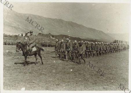 Foto di gruppo di soldati italiani e albanesi in parata.