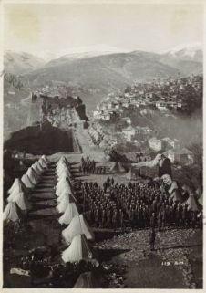 Rivista di truppe regolari albanesi nel Castello di Argirocastro.