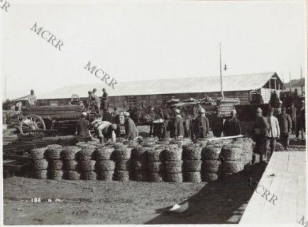 Lavori di scarico di materiali al porto di Valona.