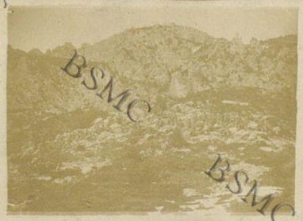 Un alt della 1452 Comp. Mit. in mezzo alle roccie di Monte delle Scale, marzo 1918