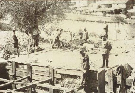 Campo di prigionia di Padula: prigionieri adibiti alla costruzione.