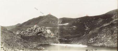 Il Lago di Volaja ed il Rauchkofel. Visto dal Passo di Volaja. 19 Luglio 1917.1. Pendici del Costone Lambertenghi (Monte Canale); 2. Roccione Rosso (Frauenhohe); 3. Maderkopf; 4. Osteria del Lago; 5. Lago di Volaja; 6. Quota 2113; 7. Seestellung.