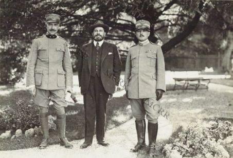 Paul Adam, Colonn. Barbarich e Ojetti nel giardino del Comando Supremo.