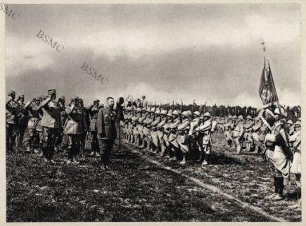 Le Général Gouraud salue le drapeau d'une division qui a participé à la défense de Verdun