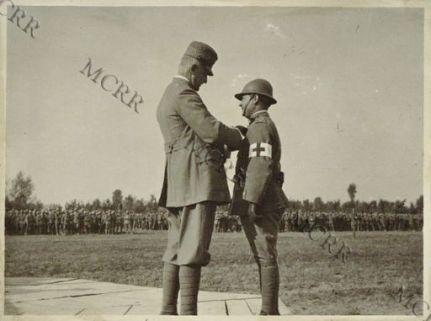 S.A.R. il duca d'Aosta premia la Brigata Toscana.