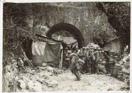 Rincalzi a Monte Santo durante il bombardamento