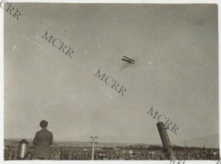 Consegna della bandiera alla scuola bombardieri. Il saluto dell'aviazione.