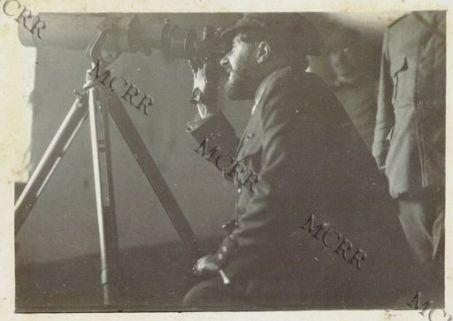 Paul Adams del Journal in visita al Quartier Generale Italiano a Villesse: al canocchiale