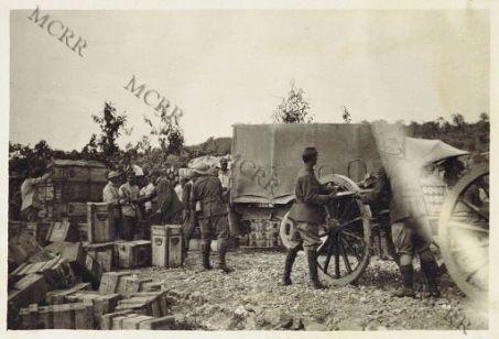 Colonna munizioni in rifornimento ad un magazzino avanzato