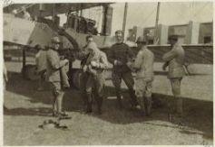 Gabriele D'Annunzio in partenza su un aereo con soldati italiani.