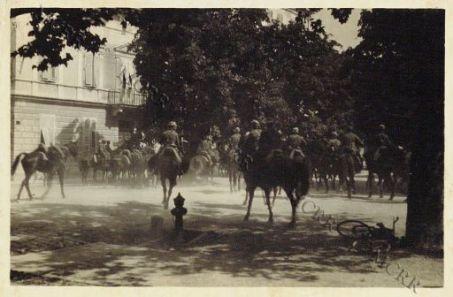 Gorizia. 9-8-16. La cavalleria per le vie della città