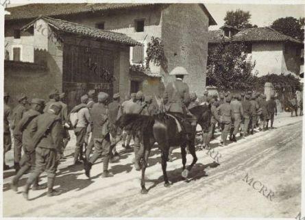 Colonna prigionieri in marcia