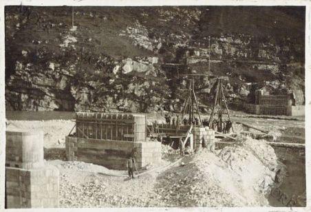Dogna. Costruzione di un ponte sul Fella