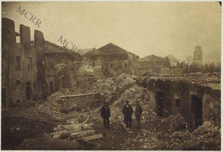 Legos. Piazza Garibaldi: case intieramente distrutte dai bombardamenti e case demolite per ragioni di sicurezza.