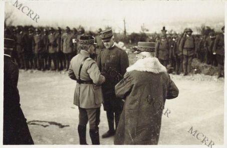 """Consegna della """"Croix di Guerra"""" fatta da S.E. il Gen. Mivelle ad ufficiali italiani. Castelnuovo. Febbraio 1917.S.A.R. il Duca d'Aosta e le LL. EE. i Gen. Cadorna e Mivelle"""