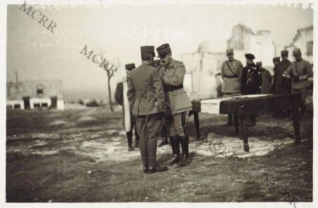 """Consegna della """"Croix di Guerra"""" fatta da S.E. il Gen. Mivelle ad ufficiali italiani. Castelnuovo. Febbraio 1917.S.E. Mivelle decora il Generale..."""