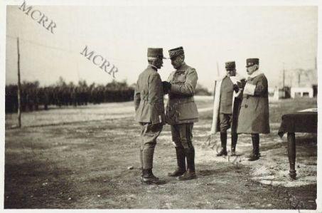 """Consegna della """"Croix di Guerra"""" fatta da S.E. il Gen. Mivelle ad ufficiali italiani. Castelnuovo. Febbraio 1917.S.E. Mivelle decora il Gen. Baldassarri"""