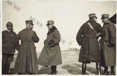 """Consegna della """"Croix di Guerra"""" fatta da S.E. il Gen. Mivelle ad ufficiali italiani. Castelnuovo. Febbraio 1917.Le LL. EE. i Gen.li Piacentini e Cigliana"""