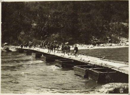 Album 53. Offensiva Italiana agosto 1917. Ponte di barche gettato sull'Isonzo a Bodrez.