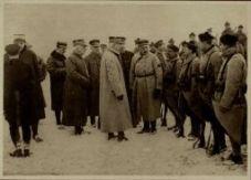 Le géneral Lyautey, ministre de la guerre français, décore des fusiliers marins