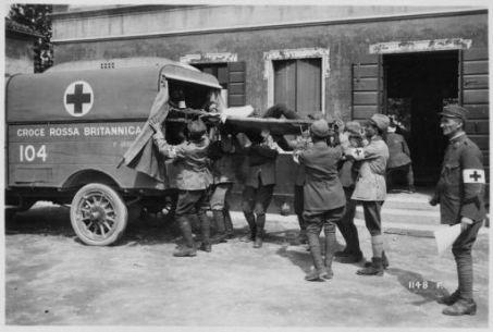 Offensiva austriaca dall'Astico al Piave iniziata il 15 Giugno 1918. La croce rossa Britannica coadiuva ai posti di medicazione