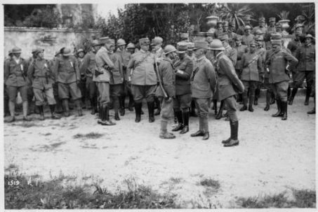 Premiazione dei valorosi della 1° Divisione Arditi dopo la grande battaglia vittoriosa