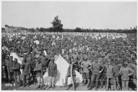 Al campo di concentramento dei prigionieri austriaci catturati durante l'ultima grande battaglia dall'Astico al Piave (i confortevoli attendamenti)