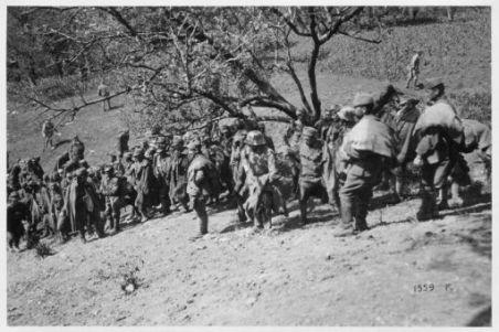 Azione su M.te Val Bella (Altipiani). Prigionieri austriaci appena catturati