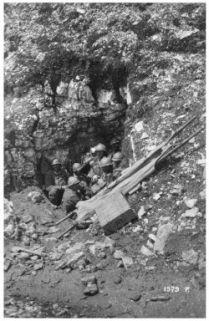 Portaferiti in una grotta durante l'azione