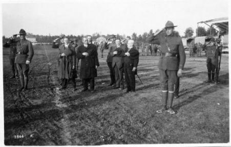 La missione Labourista Americana in visita al fronte Italiano. M. Crompel saluta la bandiera Americana durante la sfilata