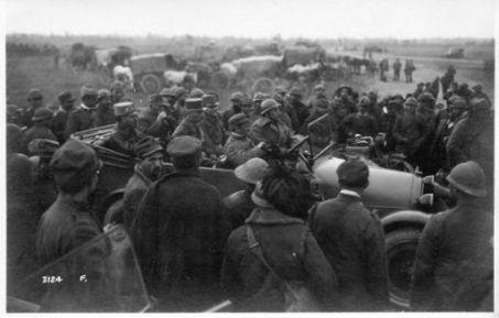 Gli ufficiali superiori austriaci parlamentari accompagnati ai nostri comandi sulle nostre auto