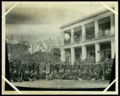 Foto di gruppo di militari italiani al Consolato