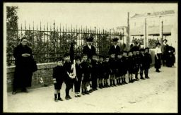Bassano. Orfani di guerra in attesa del passaggio delle salme