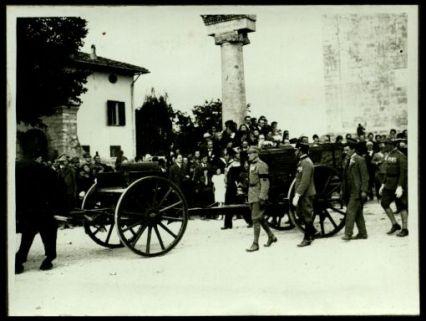 Aquileia... messa su di un affusto di cannone viene accompagnata alla stazione