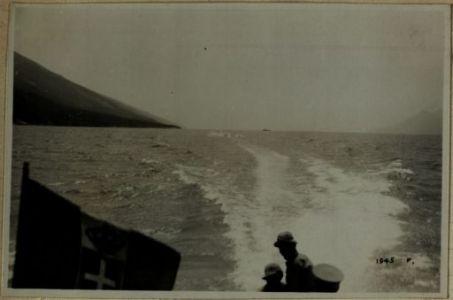 A bordo di un M.A.S. sul Garda. Nel fondo lo scoppio di bomba antisommergibile
