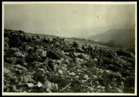 Nostri soldati durante una sosta in una ex trincea austriaca