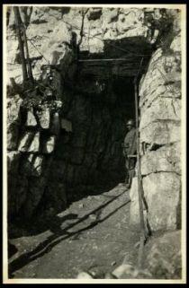 Le gallerie scavate nella roccia sotto al Cimone.