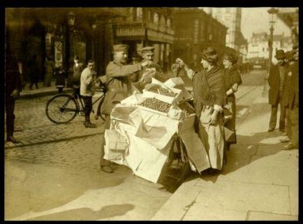 Soldati tedeschi comprano frutta in Belgio