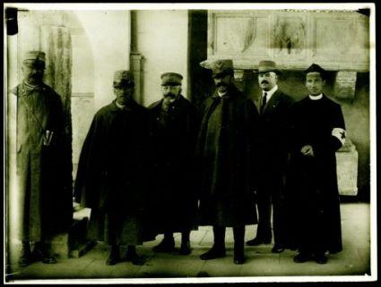 Aquileia 21 ottobre 1915. Con S.M. sono il colonnello Malvioni (da sinistra a destra), l'ammiraglio Cito, il generale Brusati, il dott. [...] e D. Cortantini
