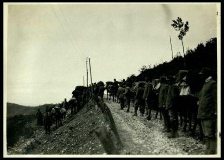 Doni sui muli verso Planina