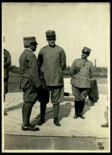 Premiazione della Brigata Toscana. S.A. il duca d'Aosta conferisce con alcuni generali