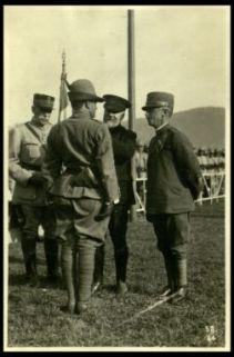 Poincaré decora un ufficiale dei Alpini