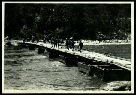 Ponte di barche gettato sull'alto sull'Isonzo